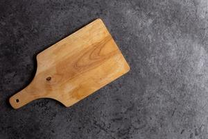 tagliere in legno su sfondo nero tavolo foto