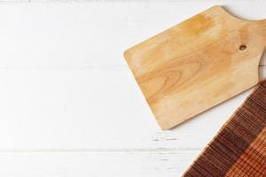 tagliere su fondo di legno bianco foto