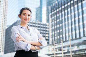 giovane donna d'affari con le braccia incrociate foto