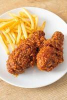 pollo fritto alla coreana piccante con patatine fritte foto