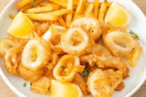 piatto di calamari e patatine fritte foto