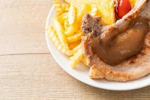 bistecca di maiale con patatine fritte foto