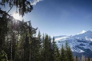 Sunny alpi francesi paesaggio e montagna innevata vista a les arcs ski resort vicino a bourg saint maurice francia foto
