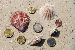 monete sulla spiaggia foto