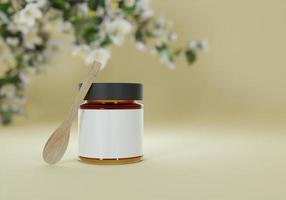un vasetto di marmellata e un cucchiaio di legno su fondo marrone foto