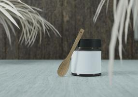 un vasetto di marmellata e un cucchiaio di legno su sfondo bianco foto