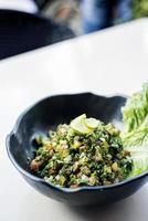 tabouleh tradizionale libanese mediorientale insalatiera fresca meze mezze antipasto foto
