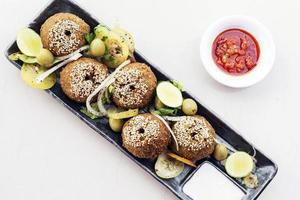 set di antipasti di falafel di ceci tradizionale cibo mediorientale spuntino piatto foto
