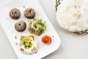falafel hummus houmus antipasto spuntino cibo mediorientale piatto di mezze foto