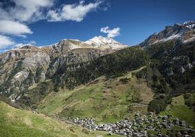 vals village vallata alpina paesaggio e case nelle alpi centrali svizzera foto
