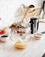 interno della cucina con scatole regalo, uova e utensili da cucina foto