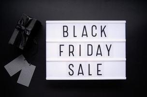 parole di vendita del venerdì nero su lightbox con confezione regalo nera e cartellini dei prezzi foto