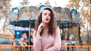 giovane donna hipster in posa all'aperto sullo sfondo di giostre foto
