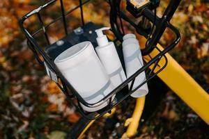 cestino da bicicletta con vasetti cosmetici. cura di sé in autunno foto