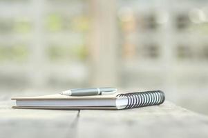 penna e taccuino sulla scrivania foto