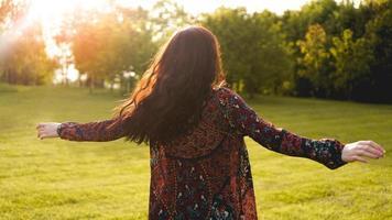 attraente giovane donna che si gode il suo tempo fuori nel parco? foto