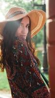 donna che indossa abito e cappello di paglia in una giornata di sole e caldo foto