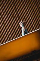 foto d'arte. mani dal bagno giallo. body painting blu sulle mani