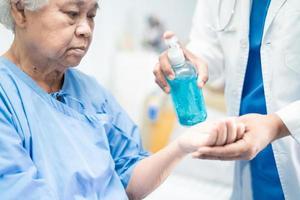 medico stampa pressa blu alcool disinfettante gel covid-19 coronavirus foto