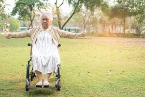 esercizio paziente asiatico della donna anziana sulla sedia a rotelle foto