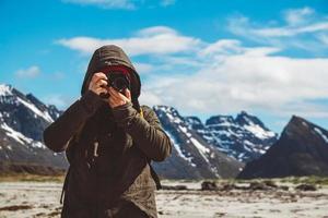 ritratto di fotografo professionista che scatta foto di paesaggi naturali