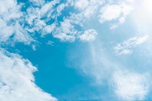 copia spazio concetto minimo di cielo blu estivo e nuvola bianca. foto