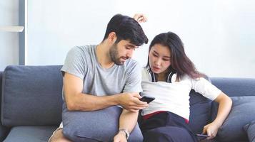 coppia che usa un telefono foto