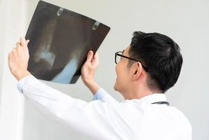 medico che esamina i raggi x foto