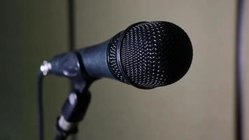 primo piano del microfono in studio con sfondo sfocato foto