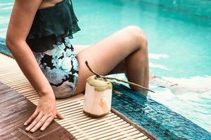 donna in costume da bagno che si rilassa in piscina foto