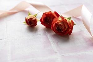 cornice fatta di rose rosse e petali foto