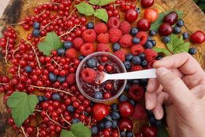 cucchiaio con marmellata di frutti di bosco foto
