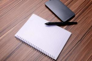 il libro è alla scrivania. foto