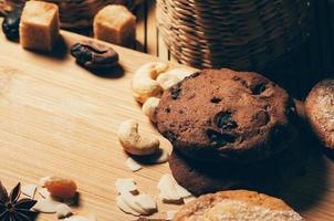 Primo piano di biscotti croccanti rotondi con noci e spezie sul tavolo foto