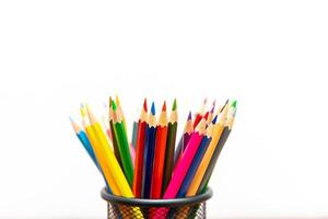 matite colorate su sfondo bianco da vicino foto