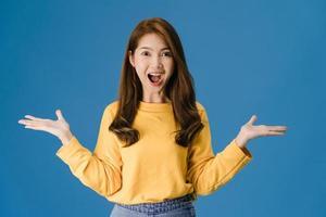 giovane donna sensazione di felicità gioiosa sorpresa funky su sfondo blu. foto