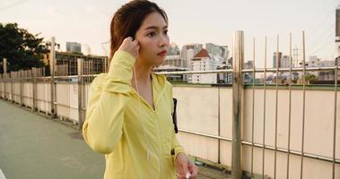 la signora dell'atleta dell'asia si esercita utilizzando lo smartphone per ascoltare la musica. foto