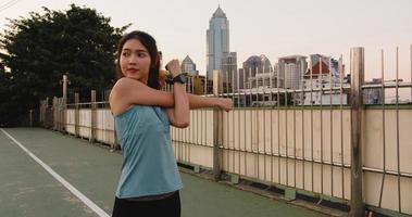 la signora dell'atleta dell'asia si esercita facendo esercizi di allungamento in città. foto
