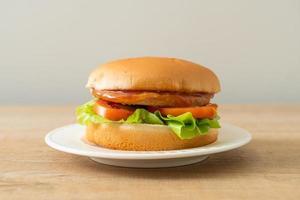 hamburger di pollo con salsa alla piastra foto