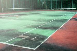 vecchio di verde campo da tennis, angolo di campo e sporco di campo da tennis. foto