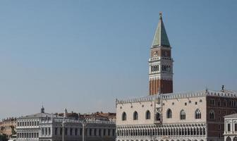 Piazza San Marco vista dal bacino di San Marco a Venezia foto