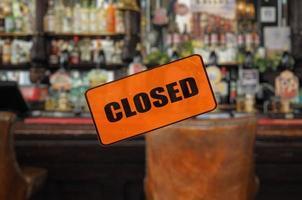 pub vuoto con cartello chiuso foto