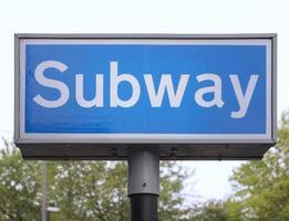 cartello blu della metropolitana foto