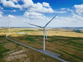 turbine eoliche in campagna in una giornata estiva, vista aerea foto