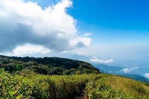 bellissimo strato di montagna con nuvole e cielo blu foto