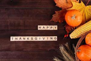 felice giorno del Ringraziamento. zucche arancioni mature, grano e mais foto