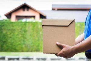 primo piano, mano, presa a terra, pacco, scatola cartone, foto