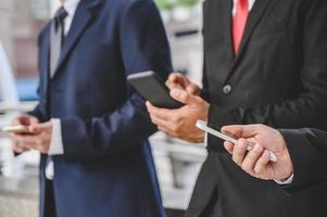 i gruppi aziendali utilizzano i telefoni cellulari foto