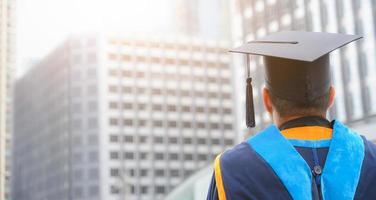 vista posteriore dei laureati si uniscono alla cerimonia di laurea all'università. foto