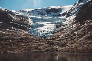 paesaggio sulle montagne e il paesaggio del ghiacciaio svartisen in norvegia foto